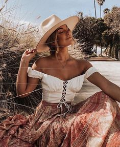 Assemble a bohemian fashion outfit and furthermore look dazzling! Pair your essential dark shirt with a skater skirt and include a scarf for a Boho chic look. Bohemian Style Dresses, Gypsy Style, Modern Hippie Style, Bohemian Gypsy, Boho Aesthetic, Aesthetic Clothes, Estilo Boho, Coachella, Boho Fashion