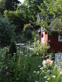 Ein Gartenhäuschen im skandinavischen Stil macht die eigene Oase zum Ferienort. Begleitet vom Vogelgezwitscher und dem Summen der Bienen lässt sich so ein perfekter Tag im Garten genießen.Foto: W&G/Anita G.