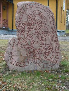 Hagby gård Holmfríðr had this stone raised in memory of Bjôrn, her husbandman and in memory of Sighvatr, her son. This rune stone is standing along with some others at Hagby gård. Viking Knotwork, Viking Runes, Viking Art, Viking Warrior, Viking Pictures, Vikings Time, Heroic Age, Irish Mythology, Rune Symbols