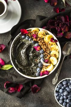 Blackberry Activated Charcoal Smoothie Bowl (Vegan+GF) Fast Healthy Meals, Easy Healthy Recipes, Whole Food Recipes, Healthy Snacks, Vegan Breakfast Recipes, Delicious Vegan Recipes, Cookie Recipes, Smoothie Prep, Smoothie Bowl