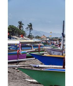 Barcas muy coloridas en la playa Bali. . .................................................................................  Podéis seguir mis hashtags #sergiobejar o #vidacallejerafotos ------------------------------------------------------------------------------  #indonesia #Bali #travel #traveling #vacation #instatravel #trip #holiday #fun #mytravelgram #travelAwesome  #igtravel #yourshotphotographer #tourism #instapassport