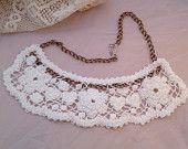 País Gargantilha Crochet Branco guarnição do laço usando Jóias Upcycled Vintage