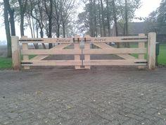 Toegangspoort Kleverkamp 18 met belettering en zwart hang- en sluitwerk