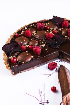 Chocolate Raspberry Tart with Beet Petals Delicious Chocolate, Delicious Desserts, Yummy Food, No Cook Desserts, Cake Boss, Chocolate And Raspberry Tart, Biscuits, Muffins, Death By Chocolate