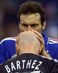 coupe du monde 1998 le baiser sur le crane devenu celebre Laurent Blanc a Fabien Bartez Legends Football, Football Soccer, Fifa, Sport 2, Goalkeeper, Fabien Barthez, Competition, Goals, Baseball Cards