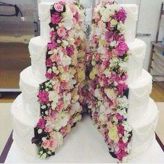 Tårta fylld med blommor