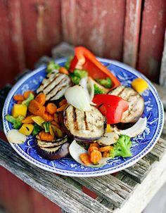 Apetit-reseptit - Grillikasvikset Megamixistä munakoison ja paprika kera. #helpompiarki #kasviksiagrilliin Caprese Salad, Cobb Salad, Food, Essen, Meals, Yemek, Insalata Caprese, Eten