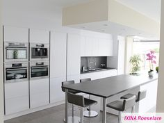 Greeploze keukenrealisatie - IXINA Roeselare greeploze keuken - cuisine sans poignées