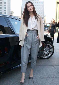 Hose und Bluse von Stills kombiniert Lena Meyer-Landrut mit einem Blazer von Sandro und Schuhen von Dior. Well done, Lena!