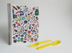 Hand made notebook with 80 blank colored pages! Can be used to write or draw.  • 100% handmade by me. Everything was assembled with care by hand.  > SIZE: • A5 (148,0 x 210,0 mm) May vary some mm because all the notebooks are cut by hand!  >DETAILS: • FRONT COVER: The cover shows a lot of different kitchen utensils from cookware to bakeware and also some food! All the items form a beautiful and colorful cover for a recipes/ cook book.  • BACK COVER: White with just my signature and...