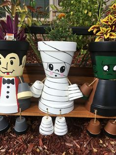 Misfit Mummy Flower pot by MisfitGardens on Etsy - Gardening InspireMummy Flower Pot People for Halloween decorations.Résultat d'images pour clay pot crafts Stunning Diy Outdoor Halloween Decor And Design Incredible uses of ter Diy Deco Halloween, Halloween Clay, Diy Halloween Decorations, Halloween Crafts, Halloween Signs, Outdoor Halloween, Halloween Ideas, Clay Pot Projects, Clay Pot Crafts