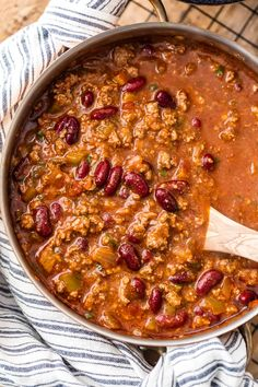 This is the BEST EASY CHILI RECIPE! Our Lazy Day 6 Ingredient Chili is one of our favorite recipes to make for a crowd. It& such an easy chili recipe to make and it& so flavorful! Chilli Recipes, Bean Recipes, Soup Recipes, Dinner Recipes, Chile Recipes Beef, Smoothie Recipes, Best Easy Chili Recipe, Chili Recipe For A Crowd, Large Chili Recipe