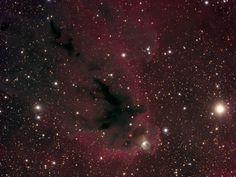 Nebulosas LDN 1622 y vdB 62. LDN 1622 es una nebulosa oscura y vdB 62 es una nebulosa de reflexión en la constelación Orión.