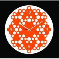 """horloge """"Ruche"""" met en avant l'organisation d'une ruche. Les alvéoles, construites en cire par les abeilles, lorsqu'elles sont fermées regorgent d'un délicieux miel. Cette horloge décorative ne contient pas de miel mais rappelle le formidable équilibre sociétaire de ces précieux insectes. Cette horloge fabriquée à Besançon est équipée d'un mouvement à quartz précis ultra silencieux, de deux aiguilles, d'une trotteuse et d'un crochet de suspension. Plusieurs couleurs disponibles."""