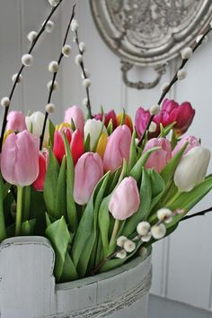 Tulpen en katjes voorjaarsboeket - Tulips and pussu willow 'catkin' spring bouquet by VIBEKE DESIGN #lente