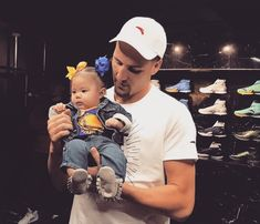 of the Golden State Warriors with a baby awe 😍😍😍😍😘 Nba Players, Basketball Players, Clay Thompson, Golden State Warriors Basketball, Nba Stephen Curry, Christian Yelich, The Kat, Sports Baby, Thing 1