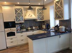 На кухне имеются две стены отделанные декоративным кирпичом белого цвета, не могу понять, какой делать кухонный фартук? Сама кухня будет белого цвета, столешница под дерево. Кирпичные стены расположены на противоположной стороне от кух. гарнитура.