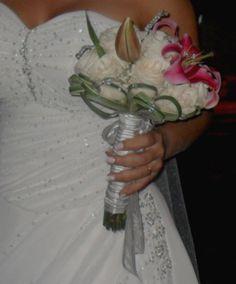 Bouquet Redondo con cristales entonando con el vestido de la novia, elaborado por #FioriBellaColombia