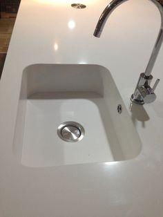 Lavatório de Cozinha Integrity Silestone Branco Zeus Extreme com colagem à 1/2 esquadria. Tampo e lavatório numa ligação perfeita, como se de uma peça só se tratasse!