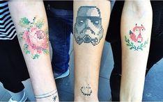 Tatuajes en forma de cruz con la figura de una rosa, Darth Vader y un zorro en…
