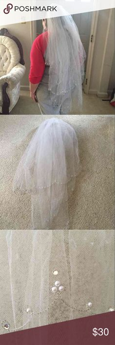 Bridal Veil with Comb 2 layers veil with comb, off white First layer 27.5 inches Second layers  36.5 inches Looks new Accessories Hair Accessories