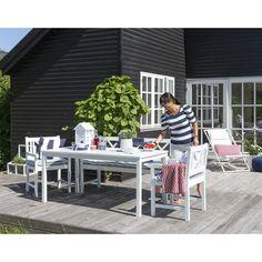 Havesæt i hvidmalet FSC® mahogni. 2 pers. bænk, 2 stole og 1 bord. Havesættet er lavet i en ekstra stærk kvalitet som har fået 5 lakeringer. Bemærk at alle hvidmalede havemøbler vil revne og krakkelere med tiden. Husk at tage havemøblerne ind om vinteren.