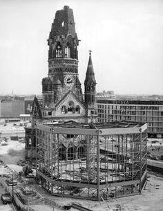 BERLIN 1960, Blick auf die Ruine der Kaiser-Wilhelm-Gedaechtniskirche und den Eiermann-Bau im Bau