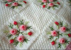Modele te batanijeve per femije Crochet Flower Patterns, Afghan Crochet Patterns, Baby Knitting Patterns, Crochet Motif, Crochet Flowers, Cushion Embroidery, Hand Embroidery Patterns, Ribbon Embroidery, Embroidery Designs