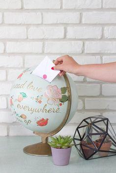 Reciclar un globo terráqueo también es una buena opción. Basta con abrirle una partecita por donde poner los billetes, y luego se desarma al final del plan.