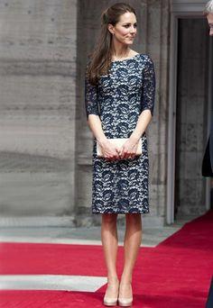 Kate Middleton: Spitzenkleid von Erdem - Kate Middleton Style - so geht's! - Der Anlass: Im Sommer 2011 reisten Kate und William, Herzogin und Herzog von Cambridge, durch Kanada. Ihren ersten Stopp legten sie in der Hauptstadt Ottawa ein, um hier gemeinsam mit den Kanadiern den Nationalfeiertag zu begehen...