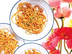 Summer Picnic Recipes Under 300 Calories: Sweet and Spicy Peanut Noodles. You can make this dish a day ahead and stash it in the fridge until go time. It tastes better at room temp, so let it sit out for a half hour before serving. Lunch to go? Vegetarian Recipes, Cooking Recipes, Healthy Recipes, Fast Recipes, What's Cooking, Healthy Snacks, Spicy Peanut Noodles, Under 300 Calories, Asian Recipes