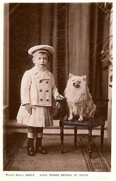 Prinz George von Wales, später Herzog von Kent, Duke of Kent Vintage Children Photos, Vintage Pictures, Old Pictures, Antique Photos, Vintage Photographs, German Spitz, Spitz Dogs, Photos With Dog, American Eskimo Dog