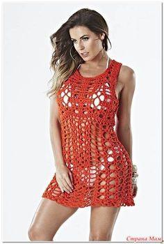 Это сексуальное пляжное платье вяжется имеет один шов. Сначала вяжутся квадратные мотивы а после их соединения вяжется лиф и юбка. Узоры очень изящные.