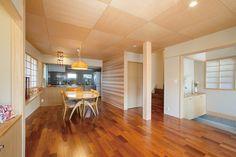木の温もりに満ちたLDK。|インテリア|ダイニング|ナチュラル|和モダン|コーディネート|デザイン|おしゃれ|テーブル|飾り棚|新築|創業以来、神奈川県(秦野・西湘・湘南・藤沢・平塚・茅ヶ崎・鎌倉・逗子地区)を中心に40年、注文住宅で2,000棟の信頼と実績を誇ります|