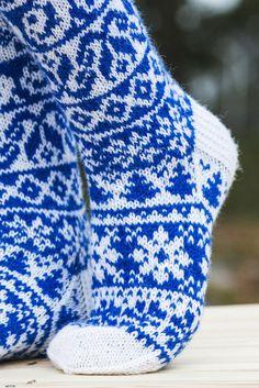 Finlandia-kirjoneule villasukat Novita Nalle | Novita knits Knitting Charts, Knitting Socks, Knit Socks, Fair Isle Chart, Mittens, Tatting, Knit Crochet, Pattern, Crafts