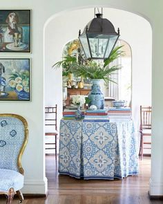 I love this entryway in the home of designer The beautiful skirted table, her wonderful collection of blue and white… Entry Hall, Entrance, White Home Decor, White Rooms, White Houses, My Living Room, Traditional House, Decoration, Family Room