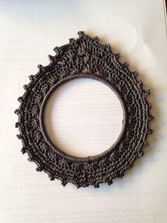Gehaakt fotolijstje met een ring van 12 cm. Eigen ontwerp Crochet Circles, Crochet Borders, Crochet Diagram, Crochet Squares, Crochet Rings, Love Crochet, Diy Crochet, Hand Crochet, Crochet Designs