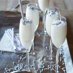 Rivièra Maison Ingredients      4 bolen citroensorbetijs     100 ml wodka     200 ml Prosecco     1 limoen  Bereidingswijze  Voor een verfrissende scroppino meng je het sorbetijs met de wodka en prosecco in een blender tot een luchtige massa.  Vul vier champagneflutes met de scroppino, snijd de limoen in acht plakjes en hang één plakje aan de champagneflutes en de andere erin. Voor een extra feestelijk accent versier je de scroppino met zilverpillen.