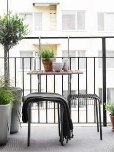 Stunning 35 Modern Balcony Design Ideas The new style of architecture that mixes modern and contemporary styles seems to be winning. The evidence is easy to see in how long it takes a new home to sell. Modern Balcony, Small Balcony Decor, Apartment Balcony Garden, Apartment Balconies, Balcony Gardening, Small Apartments, Small Spaces, Pella Hedeby, Murphy Bed Ikea