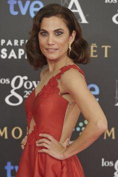Toni Acosta con pendientes alargados dorados.