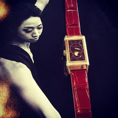 【hayashitokeiho】さんのInstagramの写真をピンしています。《#美食#美酒 と続きましたので林時計金甫イチオシの#美女 をばご紹介致します〆(ノ_<)💓レベルソワン・デュエットムーン#赤 💓 入荷即日お嫁へ行った#青 のお姉さんという所でしょうか🙇🏻✨ピンクゴールドなのでケースだけでなく価格もずっしり重みがありますが文字盤&ベルトの絶妙カラーにムーンシェル#一目惚れ 間違いなしの1本😍❤️ 素敵な時計を纏い気分は憧れのバレリーナ💃☜絵が違うのはご容赦を(笑)#watch#watches#jaegerlecoultre#reverso#レベルソ#one#デュエット#ムーン#ボルドー#ワインレッドの心#美#美意識#美しい#三重県#津市#林#親父#時計屋#時計#⌚️#女磨き#fashion#stayle#大人の女性》