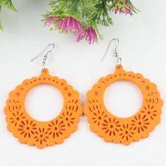 Les boucles d'oreilles oranges en bois de mode