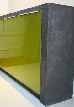 Het lijkt gegoten beton, maar het is kleurstuc in een laagje van max 5mm. Hier met metaalglans.