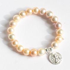 Pulsera de perlas con medalla de plata con el ángel de la guarda. La medalla se graba a mano con el nombre del bebé. Regalo bautizo. Detalle bautizo.