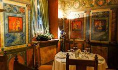 Στη σκιά του Ιερού Βράχου της Ακρόπολης υπάρχει η αρχαιότερη ίσως συνοικία της Ευρώπης, η Πλάκα. Αν και χωρίς αυτοκίνητα, η Πλάκα σφύζει από ζωή όλες τις ώρες της ημέρας. Εδώ θα δείτε τις καλύτερες γευστικές στάσεις της περιοχής, για όλα τα γούστα.