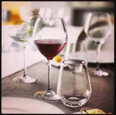 La gama de #copas #Cabernet satisface las necesidades del consumidor más exigente y está diseñada para degustar los mejores #vinos. Una de sus líneas, Cabernet Vinos jóvenes, permite revelar los #aromas y explorar las riquezas de los #vinostintos sobre todo. El llenado debe producirse hasta el ángulo máximo de abertura para obtener el grado perfecto de oxigenación necesario.  #sommelier #sumiller #enologia #enologo #nariz #vino
