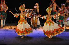 https://flic.kr/p/L9WxGm | 74ème Festival Folklorique International Danses et Musiques du Monde | N'hésitez pas à consulter notre site internet www.tourisme-amelie.com  Dès le début du 20° siècle et notamment lors des fêtes du Carnaval, un groupe de jeunes gens et de jeunes filles exécutait dans les rues de la ville des danses folkloriques catalanes.  Jean TRESCASES, fondateur des Danseurs catalans d'Amélie les bains en 1935, créa en 1936 un festival folklorique des provinces françaises.  Et…
