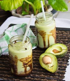 Jus Alpukat -Indonesia -rich creamy Avocado Shake with chocolate syrup dripped at the side of glass. Indonesian Desserts, Indonesian Cuisine, Asian Desserts, Easy Desserts, Avocado Shake, Avocado Juice, Avocado Smoothie, Malaysian Cuisine, Recipes