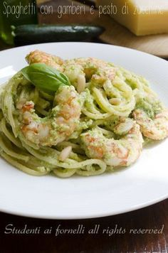 spaghetti with prawns and zucchini pesto recipe first summer easy Zucchini Pesto, My Favorite Food, Favorite Recipes, Cooking Recipes, Healthy Recipes, Pesto Recipe, Mediterranean Recipes, Pasta Dishes, Italian Recipes