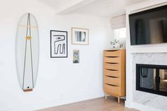 A Bright And Minimal Laguna Beach Home Tour That Emphasizes Texture And The Power Of Marble - Emily Henderson #moderntraditionalhome #interiordesign #interiors Decorating Small Spaces, Laguna Beach, Cottage Homes, House Tours, Design Trends, Beach House, Minimalism, Sweet Dreams, Marble